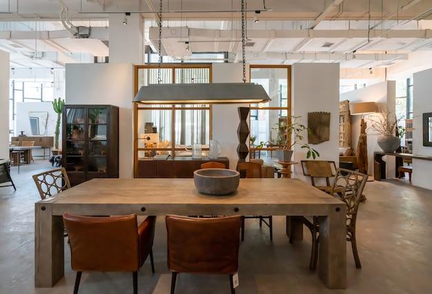 Chongqing, china, 5. juni 2020: die moderne, helle und komfortable atmosphäre der innenwohnung. allgemeine reinigung, einrichtung und vorbereitung des hausverkaufs. holzvilla