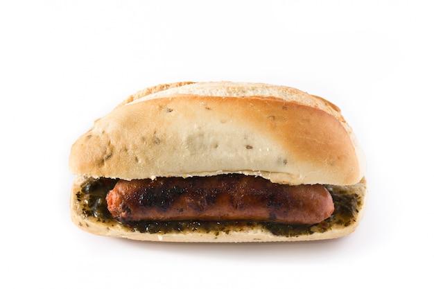 Choripan. traditionelles argentinien-sandwich mit chorizo und chimichurri-sauce. isolierten weißen hintergrund