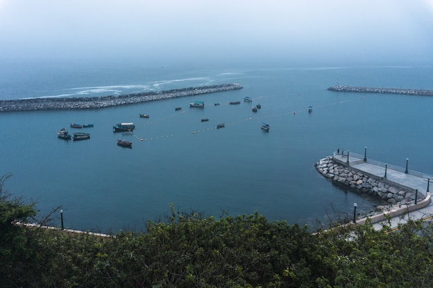Chorrillos dock in lima peru, mehrere fischerboote und wellenbrecher