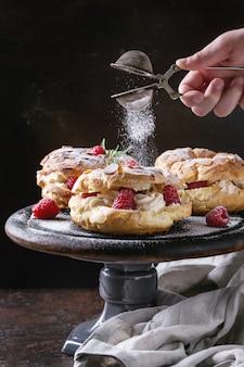 Choux-kuchen paris brest mit himbeeren