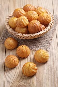 Choux pastry cakes in einer weidenschale