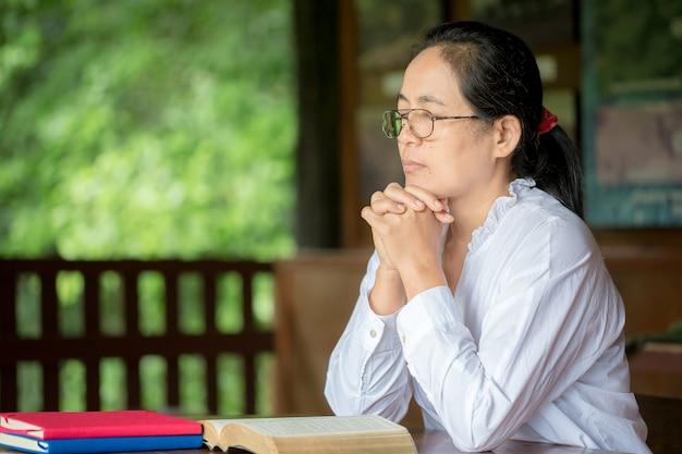 Christen beten, um zu hause gemeinsam zu ermutigen und zu unterstützen.