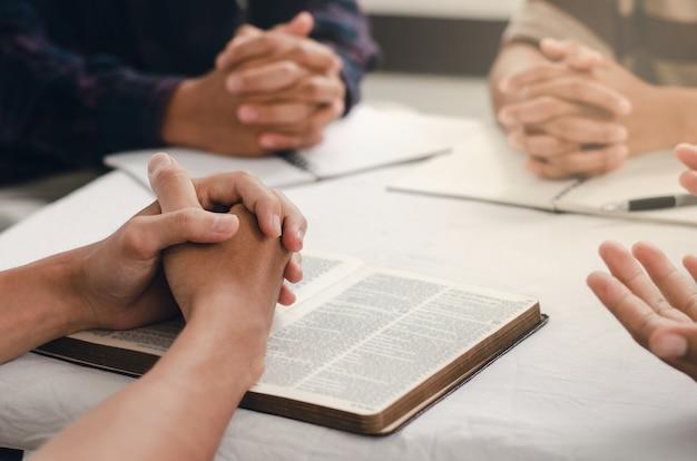 Christen versammeln sich und beten zu gott hautnah