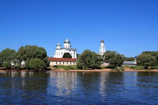 Christlich-orthodoxe kirche an der küste fluss