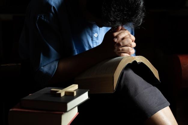 Christliche frau, die im haus betet.