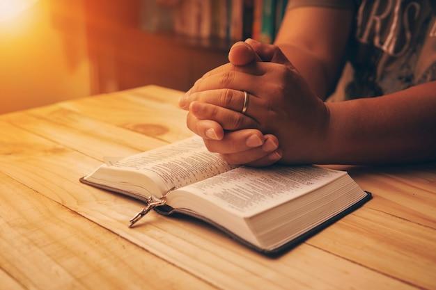 Christliche hand beim beten und anbeten für christliche religion