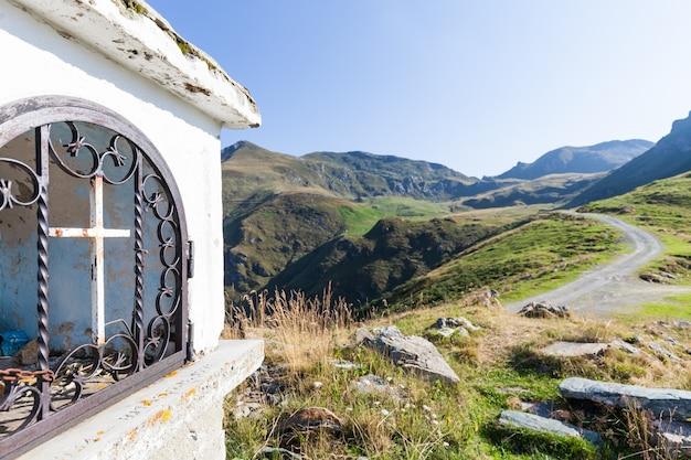 Christliche kapelle an einem sonnigen tag in den italienischen alpen - glaubenskonzept