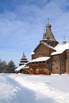 Christliche kapelle im winterdorf