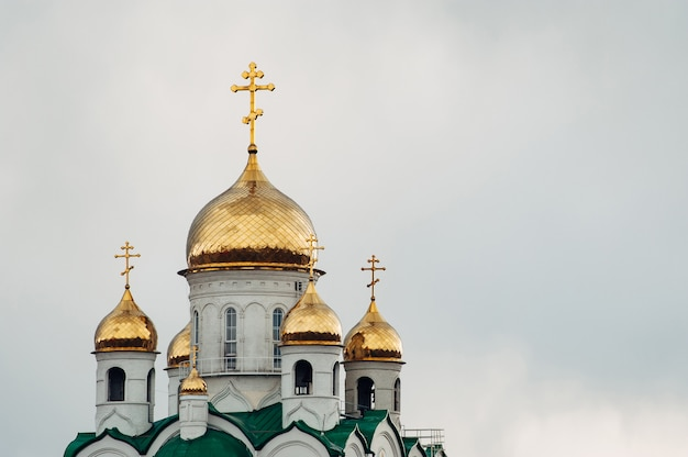 Christliche kirche gegen den blauen himmel