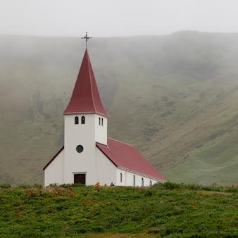 Christliche kirche im nebligen tal
