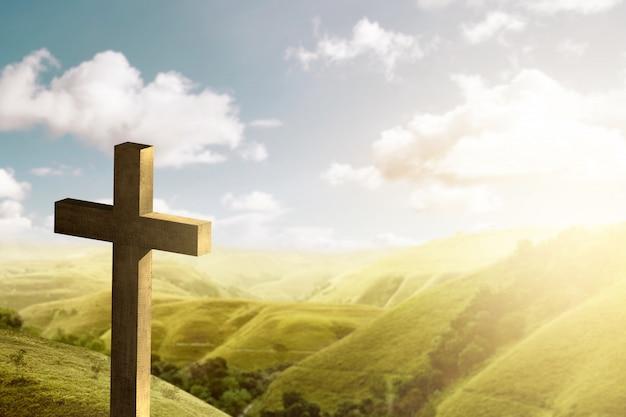 Christliches kreuz auf den hügeln