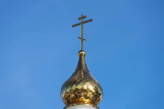 Christliches kreuz gegen den blauen himmel. orthodoxe kirche. foto in hoher qualität