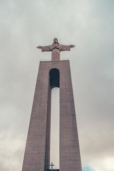 Christus erlöser von lissabon mit wolken