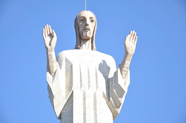 Christus vom knoll, auch denkmal für das heilige herz jesu genannt, ist eine große statue und ein symbol der stadt palencia in spanien