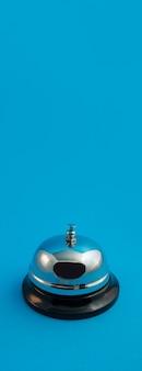 Chromglocke für den empfang auf blauem panoramahintergrund