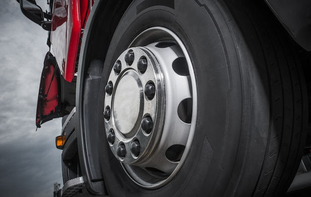 Chromierte lkw-rad-nahaufnahme. heavy duty semi truck wheel.