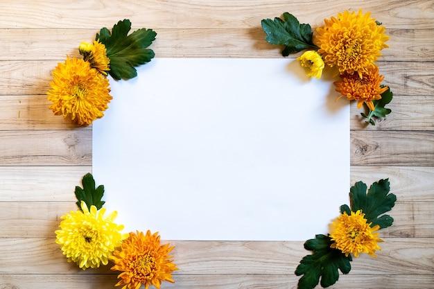 Chrysantemum herbststrauß kopieren raum blanc papier bunt gefärbt