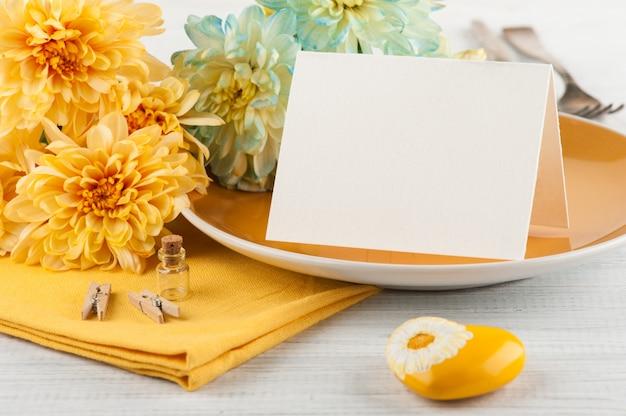Chrysanthemenblumen auf einer platte auf einem holztisch