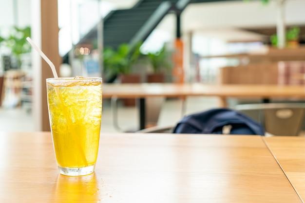 Chrysanthemensaft auf holztisch im café-restaurant
