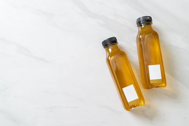 Chrysanthemensaftflasche auf marmoroberfläche