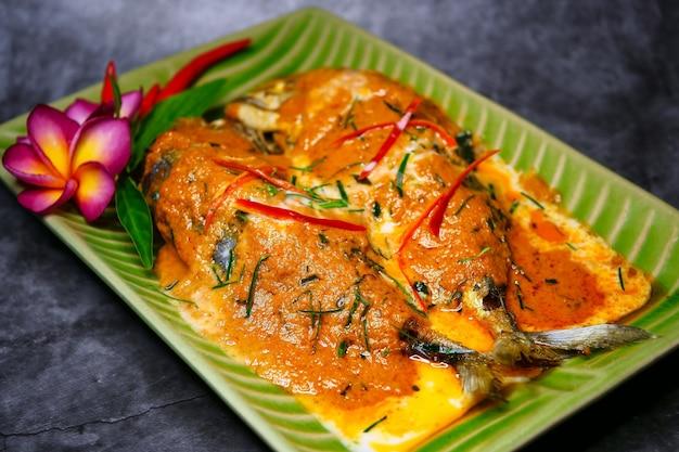 Chuchi-makrele, curry-gebratener fisch, thailändisches lebensmittel der art