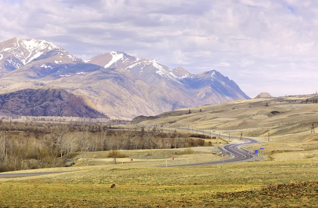 Chui-tal im altai-gebirge die kurvenreiche autobahn der verschneiten berge des chui-trakts