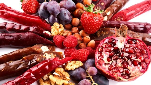 Churchkhela mix, früchte, beeren und nüsse auf einem weißen tisch