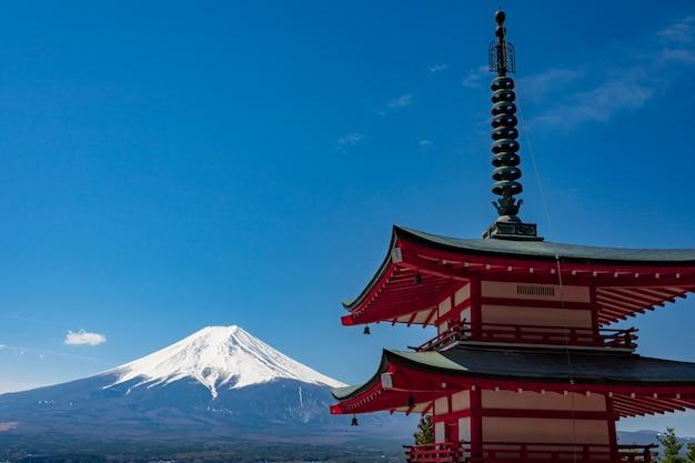 Chureito pagode und mt. zeit fujis im frühjahr mit kirschblüten bei fujiyoshida, japan.