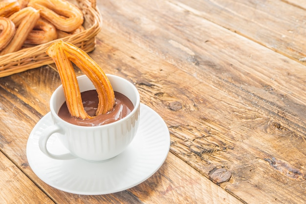 Churros mit typischem süßem frühstück der schokolade