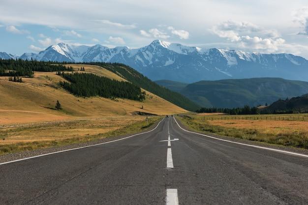 Chuysky trakt road im altai-gebirge, eine der schönsten straßen der welt