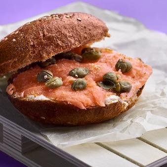 Ciabatta mit lachs und frischkäse. snack oder frühstück