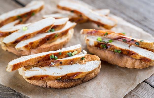 Ciabatta-sandwiches mit gegrilltem hähnchen