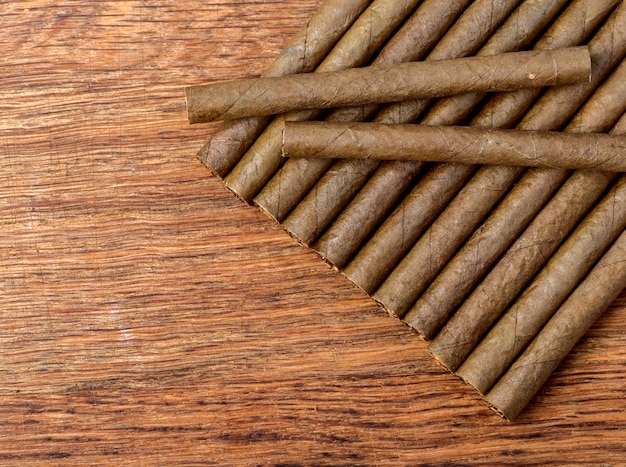 Cigarillo auf holznahaufnahme