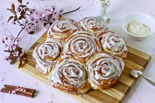 Cinnabon brötchen mit zimt und cremiger glasur Premium Fotos