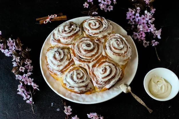 Cinnabon brötchen mit zimt und cremiger glasur