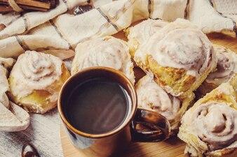 Cinnabon-Zimt und Sahne für Tee. Selektiver Fokus