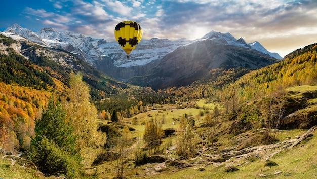 Cirque de gavarnie in den französischen pyrenäen mit ballon