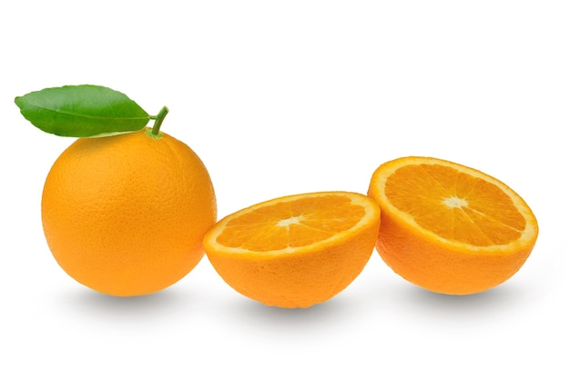 Citrus clementine oder mandarine mit blatt und halben scheiben auf weiß