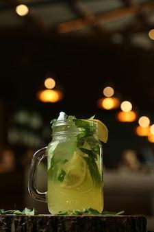 Citrus limonade zitrone sprudelwasser limetteneis seitenansicht