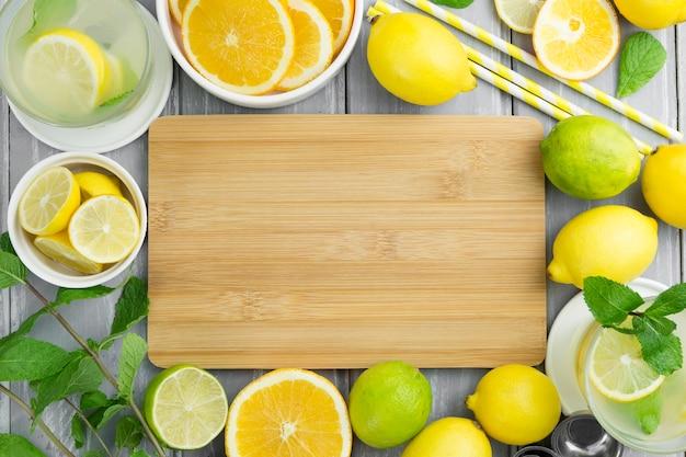 Citrus rahmen mit strohhalmen und minze