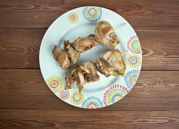 City hühnerwürfel fleisch auf einen holzspieß gelegt