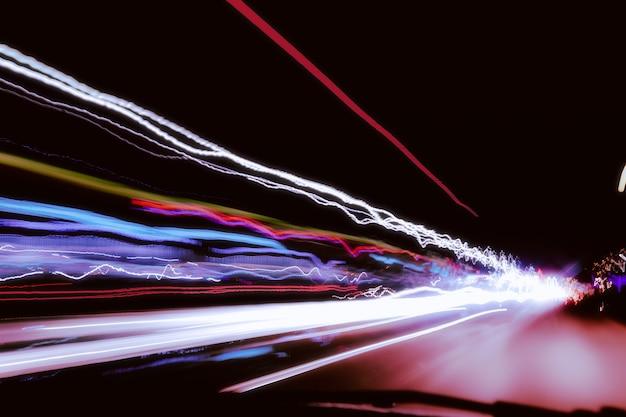 City night lights perspektive durch hohe geschwindigkeit des autos verschwommen.