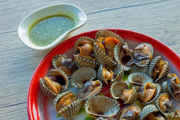 Clam fleisch und meeresfrüchte sauce in zink tablett