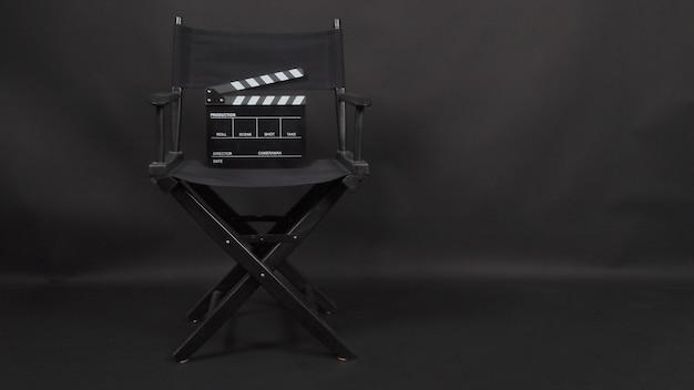 Clapper board oder movie slate mit regiestuhl für die videoproduktion und die kinoindustrie