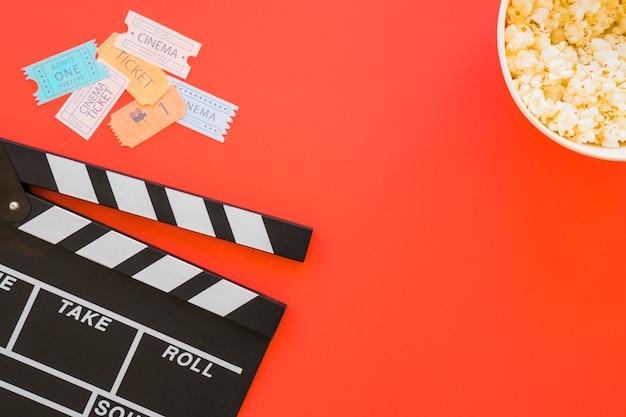 Clapperboard, kinokarten und popcorn