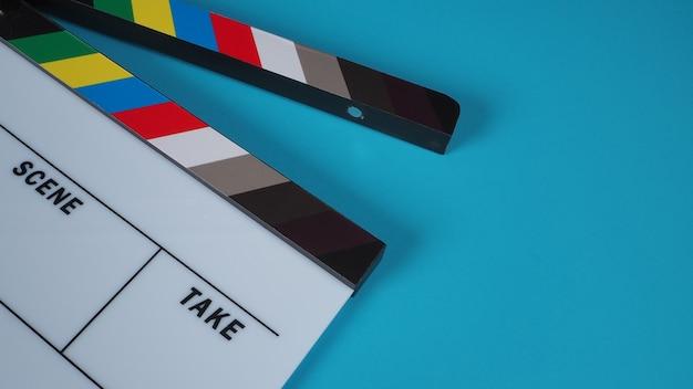Clapperboard oder filmschiefer auf blauem hintergrund.