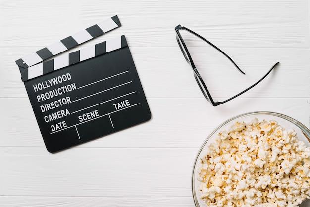 Clapperboard und gläser mit popcorn