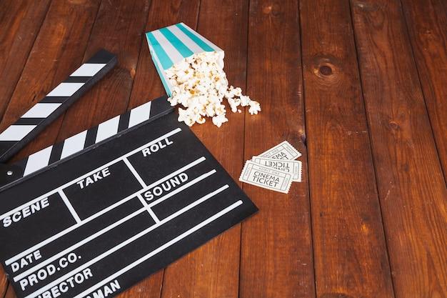Clapperboard und popcorn mit tickets