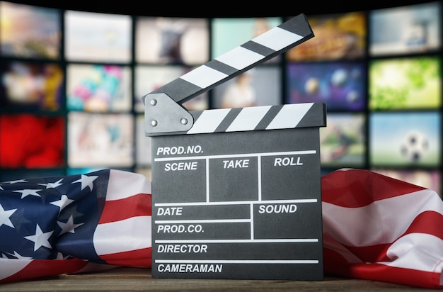 Clapperboard vor dem hintergrund der usa-flagge. amerikanisches kino