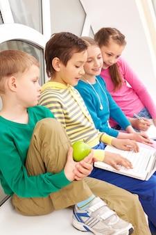 Classmates mit laptop lernen